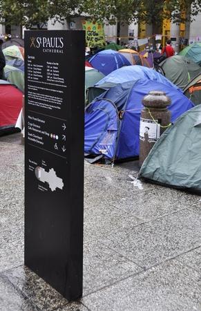 desigualdad: LONDRES - 27 DE OCTUBRE: Ocupar campamento fuera de Londres Catedral de San Pablo el 27 de octubre de 2011 en Londres. Ocupar Londres es una manifestaci�n pac�fica contra la desigualdad econ�mica y la injusticia social. Editorial