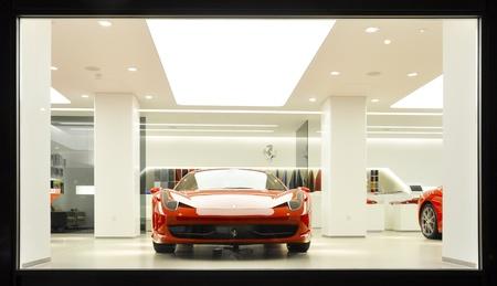 Londen, Verenigd Koninkrijk - 07 november 2011: Een Ferrari 458 Italia te zien in HR Owen showroom