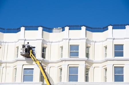 Een man schoonmaken schuiframen van buiten in het Verenigd Koninkrijk Stockfoto