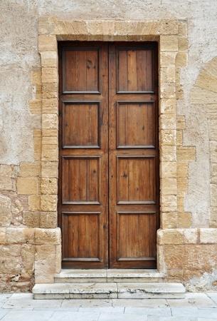 salir puerta: Vintage de madera marr�n puerta en Italia Foto de archivo