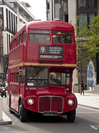 bus anglais: Ancien double decker bus � Londres, Royaume-Uni