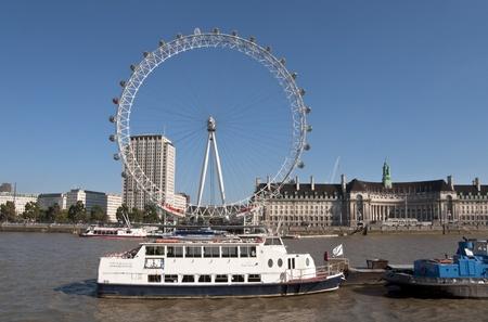 LONDEN - 2 oktober 2011: The London Eye en de rivier de Theems