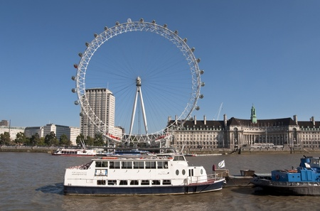 eye traveller: LONDON - OCTOBER 2, 2011: The London Eye and the river Thames