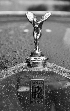 extase: LONDEN - 4 september 2011: The Spirit of Ecstasy, Rolls-Royce mascotte, zwart-wit fotografie Redactioneel