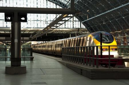 Londen, UK - 5 maart 2012: Een Eurostar in St Pancras Station Redactioneel