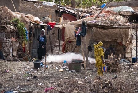 gente pobre: Bamako, Mali - 15 de febrero de 2012: Un pueblo Bozo fuera de Bamako, en Mal�