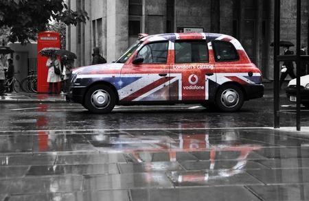 taxi: Londres, Reino Unido - 27 de octubre de 2011: anuncio de Vodafone en AA taxi negro de Londres
