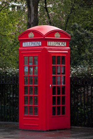 cabina telefonica: Un tradicional teléfono rojo modelo K2 en Londres, Reino Unido Foto de archivo