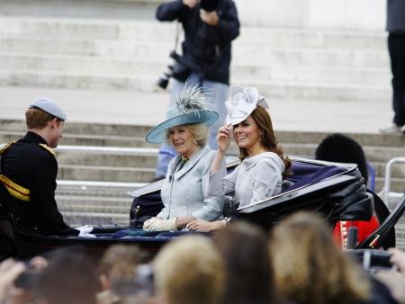 LONDEN, UK - 16 juni: De hertogin van Cambridge, de hertogin van Cornwall en Prins Harry tijdens Trooping the Colour ceremonie, op 16 juni 2012 in Londen. Trooping the Colour, die elk jaar plaatsvindt in juni officieel vieren de soevereine birthda Redactioneel