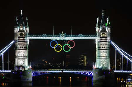 londre nuit: LONDON, Royaume-Uni - 5 juillet 2012: anneaux olympiques en suspension sur Tower Bridge � Londres, photographie de nuit. �ditoriale