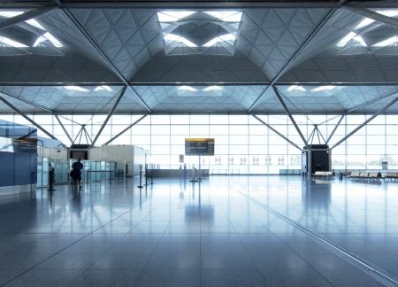 gente aeropuerto: Aeropuerto moderno y vacío salón Editorial