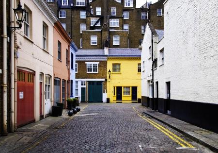 empedrado: Las calles empedradas y casas de colores de ladrillo en Londres, Inglaterra, Reino Unido