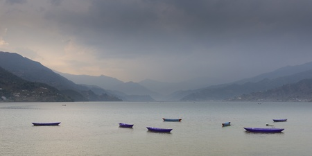 tal: Boats on Phewa lake in Pokhara, Nepal