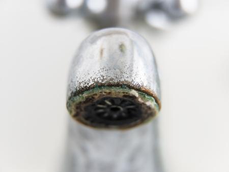 오래 된 지저분한 탭 근접 촬영, 흰색 배경