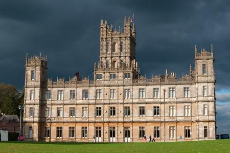 Newbury, Verenigd Koninkrijk - CIRCA oktober 2011 Highclere Castle is de belangrijkste instelling voor de ITV periode drama Downton Abbey Downton Abbey wordt uitgezonden in meer dan 100 landen
