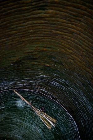 pozo de agua: Broom flotando en un pozo