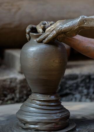 alfarero: Potter elaboración de una alcancía en Bhaktapur, Nepal