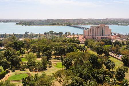 Uitzicht op Bamako en de rivier de Niger in Mali