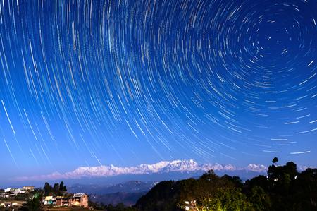 estrella de la vida: Rastros de la estrella sobre aldea Bandipur y el Himalaya, Nepal
