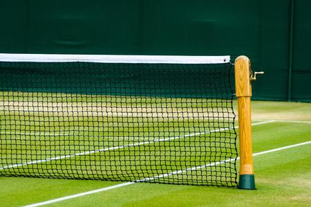 tennis racket: Pista de tenis y neto del césped