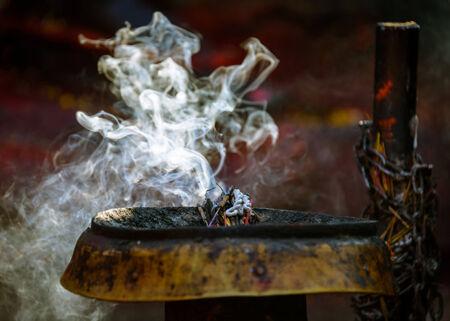 hinduist: Incense burning in a Hinduist temple in Kathmandu, Nepal