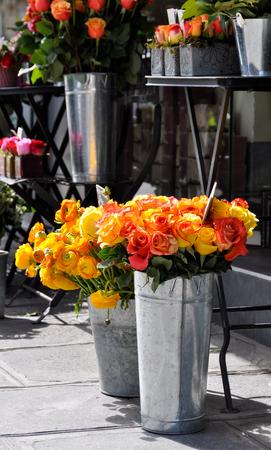 rosas naranjas: Rosas de color naranja en una florister�a