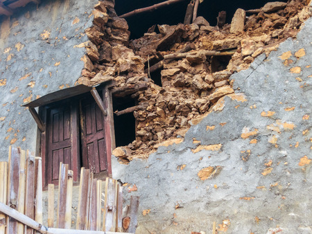 dada: KOT DANDA, LALITPUR, NEPAL - MAY 2, 2015: Damaged house after the 7.8 earthquake that hit Nepal on April 25, 2015.
