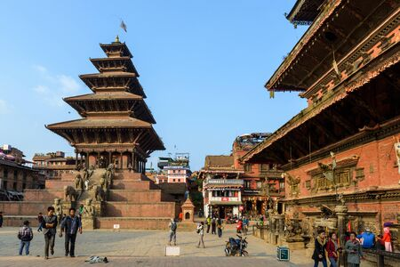 hinduist: BHAKTAPUR, NEPAL - NOVEMBER 15, 2015: Taumadhi square with Nyatapola temple on the left and  Bhairavnath temple on the right.