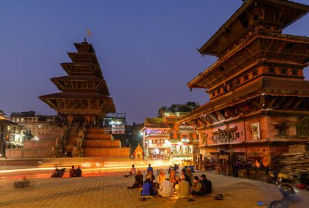 hinduist: BHAKTAPUR, NEPAL - NOVEMBER 15, 2015: Taumadhi square at night with Nyatapola temple on the left and  Bhairavnath temple on the right.