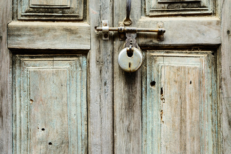 puertas antiguas: Puerta de madera vieja cerró con un bloqueo en Katmandú, Nepal