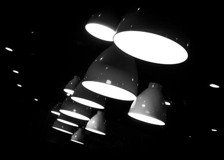arredamento classico: Lampade a sospensione in bianco e nero Archivio Fotografico