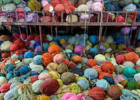 gomitoli di lana: Pila di filati colorati in una fabbrica di tappeti, Nepal
