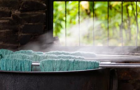 Natuurlijke wol verven in een tapijtfabriek, Nepal