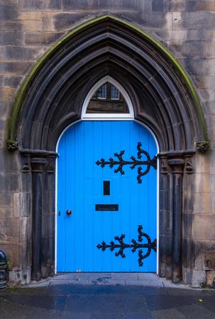 puertas antiguas: Antigua puerta de madera azul castillo en Escocia Foto de archivo