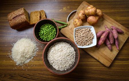 batata: ingrediente alimentario en la mesa de cocina de madera
