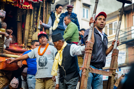 hinduist: PATAN, NEPAL - MAY 19, 2016: God of rain Rato Machhindranath chariot festival. Rato Machhindranath is worshiped as the god of rain. The chariot is pulled through the street of Patan for about a month.