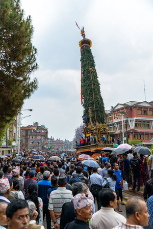 hinduist: PATAN, NEPAL - MAY 10, 2016: God of Rain Rato Machhindranath chariot festival. Rato Machhindranath is worshiped as the god of rain. The chariot is pulled through the street of Patan for about a month.