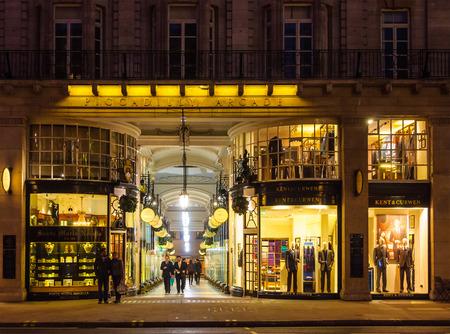 LONDON, Wielka Brytania - OKOŁO LUTEGO 2011: Piccadilly Arcade w nocy.