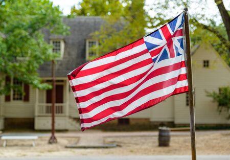 casa colonial: Gran bandera de unión en Williamsburg, Virginia, EE.UU.