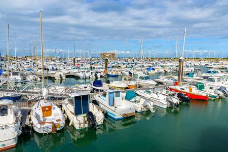 Barcos en el puerto de l'Herbaudière en la isla de Noirmoutier, Francia