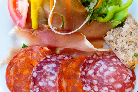 charcutería: charcutería francés y el plato de ensalada