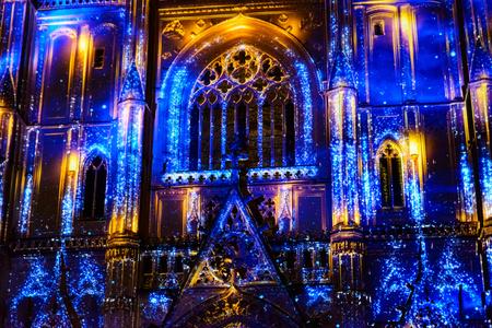 """NANTES, FRANCIA - 25 DE DICIEMBRE DE 2016: El espectáculo de luz y sonido """"L'Odyssee des Reves"""" está basado en el Arca de Noé de Alain Thomas."""