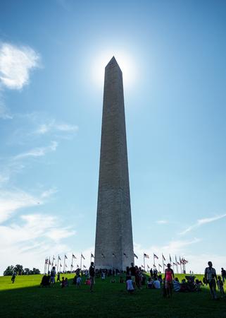 george washington: WASHINGTON, DC, EE.UU. - CIRCA AGOSTO DE 2015: El monumento de Washington alineado con el sol. El monumento es un obelisco en el National Mall, construido para conmemorar a George Washington.