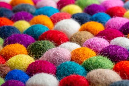 Detalle de alfombra de bolas de fieltro multicolor, textura colorida Foto de archivo