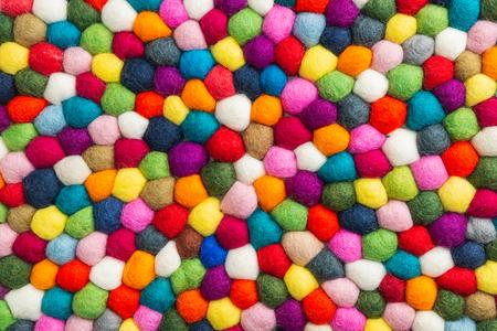 Mehrfarbiger Filzkugel-Teppich-Detail, bunte Textur