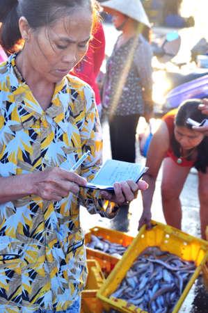 fischerei: Nha Trang, Vietnam - 22. Oktober 2011: Eine Frau verkauft ihre Fischerei in einem lokalen Fischmarkt Editorial
