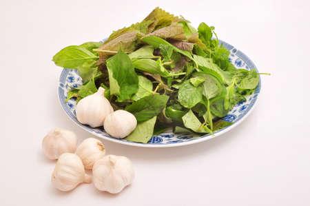 Kruiden en knoflook op een witte achtergrond