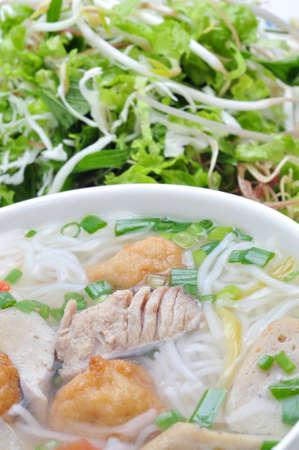 Bun cha ca of Vietnamese rijst vermicelli met gegrilde vis en kruiden op een witte achtergrond Stockfoto