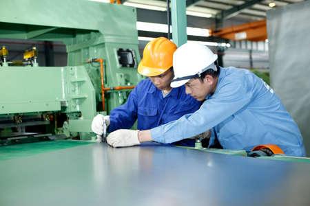 두 노동자가 기계 공장에서 작업 : 2012년 10월 29일 하노이 베트남