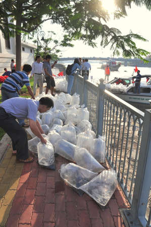 HO CHI MINH CITY, VIETNAM - APRIL 24, 2015: Fishes are kept in plastic bags preparing to be released in the Saigon river in the National Fisheries day in Vietnam Éditoriale